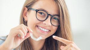 Ortodoncia invisible en Alcorcón y Móstoles Invisalign - Clínica Stoma - Qué son los ataches de Invislign